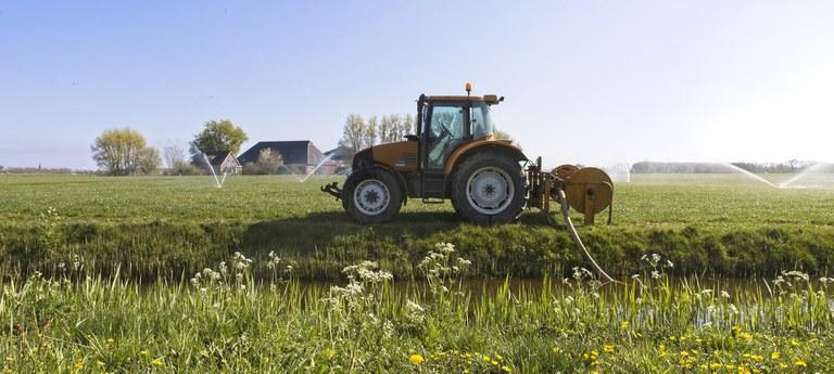 2021 - Droogte: sproeien tractor